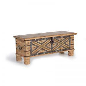Baúl de estilo rústico. Madera maciza color natural y decorado con metal. Muebles El Tavolino
